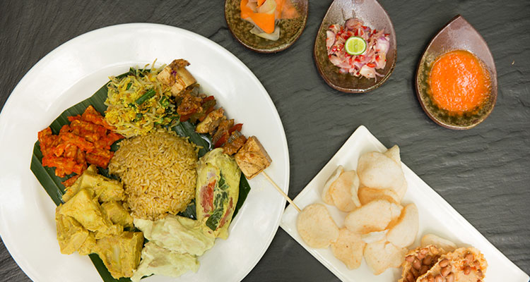 A mix of Balinese specialties served during a lunch of your Ubud yoga retreat at Oneworld Retreats in Bali.